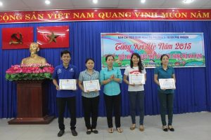 OYIM Vietnam coordinator Keiko Le (fourth from left) received a certificate of appreciation award on August 27 from ward (local government) leaders for OYIM Vietnam's two community service activities in ward 9 Phu Nhuan district, Ho Chi Minh City. Photo credit: ANN/Keiko Le.