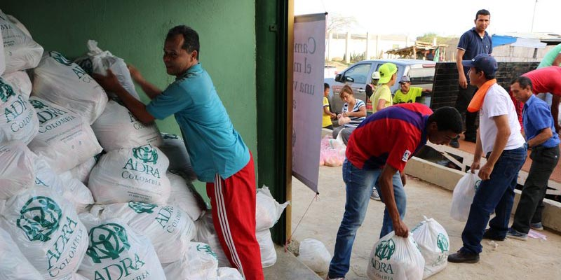 Volunteers load up to distribute food in La Guajira.